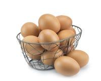 堆积新鲜的鸡蛋焦点在弯曲的钢篮子的 免版税库存图片