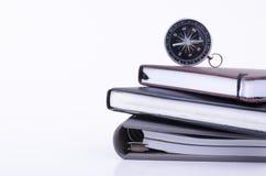 堆积日志和指南针在白色背景 免版税库存图片