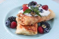 堆积早餐薄煎饼用莓果,食物特写镜头 薄煎饼用蓝莓和蜂蜜,健康早午餐 酸奶干酪薄煎饼 免版税库存图片