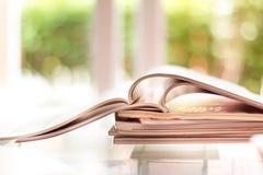 堆积桌的杂志地方选择聚焦在居住的ro 免版税库存照片