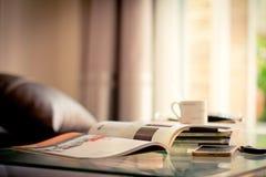 堆积桌的杂志地方选择聚焦在居住的ro 免版税图库摄影