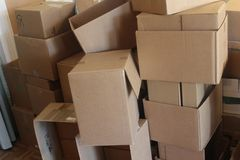 堆积的堆纸板箱 库存照片
