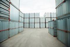 堆积的货箱户外 免版税库存图片