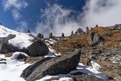 堆积石头和祷告旗子在Zatra la通行证,喜马拉雅山m顶部 库存图片