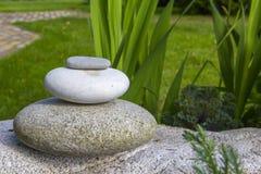 堆积禅宗石平衡在自然背景中 库存照片