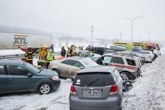 堆积-在路的多崩溃有雪风暴的 免版税库存图片