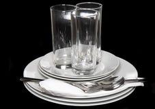 堆空白牌照,玻璃,叉子,匙子。 免版税图库摄影