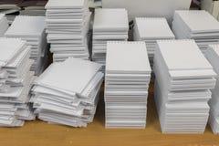 堆穿孔的白纸 库存图片