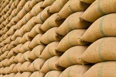 堆米大袋。 免版税库存照片