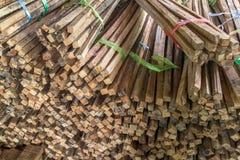 堆粗砺的被锯的木材 免版税库存图片