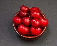堆红色光滑的甜樱桃 免版税库存照片