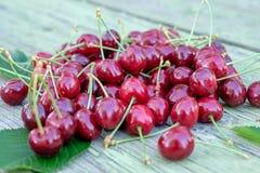 堆红色成熟快活的樱桃 免版税库存图片
