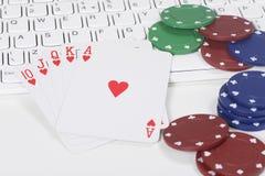 堆纸牌和纸牌筹码在键盘 库存照片