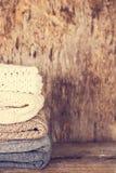 堆羊毛毛线衣,格子花呢披肩 图库摄影