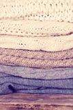 堆羊毛毛线衣,格子花呢披肩 库存照片