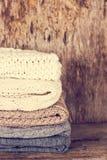 堆羊毛毛线衣,格子花呢披肩 免版税图库摄影
