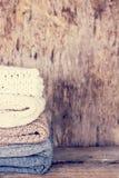 堆羊毛毛线衣,格子花呢披肩 免版税库存照片
