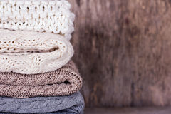 堆羊毛毛线衣,格子花呢披肩 免版税库存图片