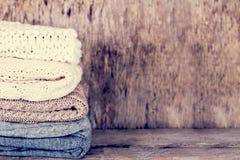 堆羊毛毛线衣,格子花呢披肩 库存图片
