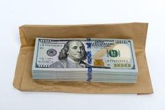 堆美元钞票和棕色信封 免版税库存照片