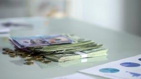 堆美元钞票和硬币在桌,储蓄,薪金收入,现金上 免版税库存照片