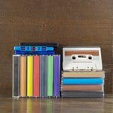 堆老五颜六色的卡型盒式录音机 免版税库存图片