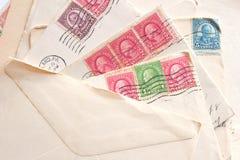 堆老信件,信封岗位盖印 免版税库存图片