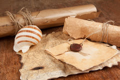 堆老古色古香的纸和珍宝映射 图库摄影