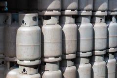 堆老气体容器,汽油箱圆筒气球回收 免版税库存图片