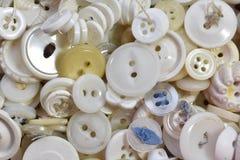 堆老白色缝合的按钮 免版税图库摄影