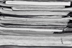 堆老笔记本,黑白照片 免版税库存照片