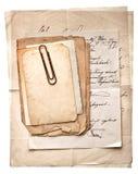 堆老葡萄酒纸、明信片和信件与纸cli 免版税库存照片