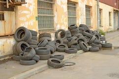 堆老轮胎 免版税库存照片