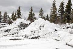 堆肮脏的被犁的雪 免版税库存图片