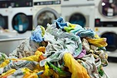 堆肮脏的洗衣店在自动洗衣店 免版税库存图片