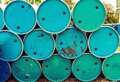 堆背景的油桶用途 库存图片