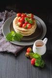 堆自创薄煎饼用在pla的新鲜的野草莓 图库摄影