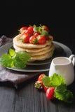 堆自创薄煎饼用在pla的新鲜的野草莓 库存图片