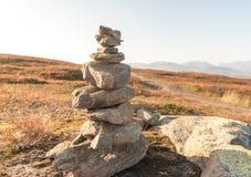 堆自然不规则的石头在草原 免版税库存照片