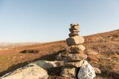 堆自然不规则的石头在草原 免版税图库摄影