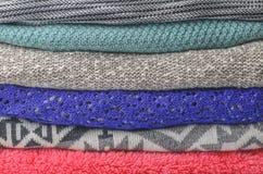 堆舒适五颜六色的毛线衣 库存图片