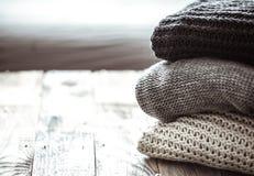 堆舒适被编织的毛线衣 免版税库存图片