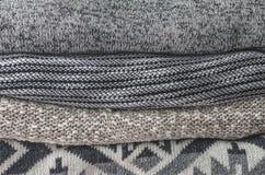 堆舒适被编织的毛线衣;灰色和黑口气 免版税库存照片