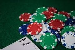 堆芯片啤牌和两一点在桌上在绿色台面呢 透视图 免版税库存照片