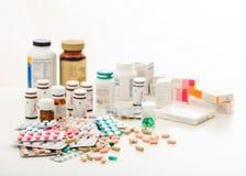 堆药片和容器在白色背景 库存照片