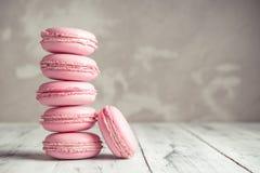 堆莓粉红彩笔Macarons或蛋白杏仁饼干 免版税图库摄影