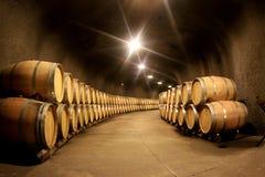 堆葡萄酒桶在葡萄酒库里 免版税库存照片