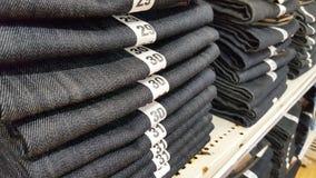 堆蓝色牛仔裤 库存图片