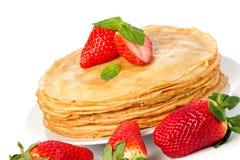 堆薄煎饼。 绉纱用用黄油和str 库存照片