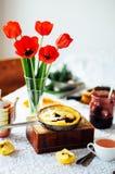 堆薄煎饼用红色樱桃果酱 薄煎饼withcherry果酱 免版税库存照片